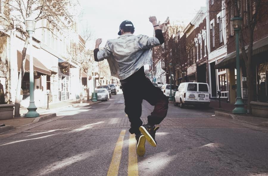 man springt een gat in de lucht
