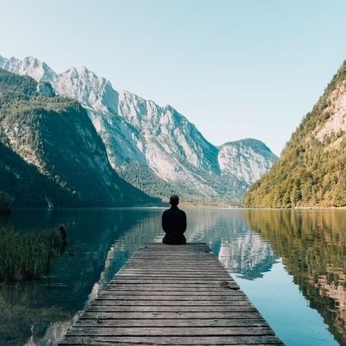 Man doet meditatie