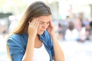 vrouw met hoofdpijn op haar slapen - acupunctuur Purmerend hoorn en Zaandam